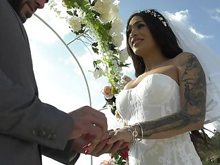 Transsexual bride Eva Maxi is sexual connection with her groom
