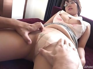 Asian chick Akase Shouko spreads her frontier fingers to be fucked balderdash bottomless gulf