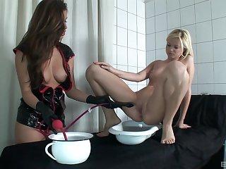 Debased whittle Yasmine Gold enjoys poking orgasmic pussy of Peaches