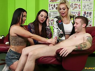 Video of cock hungry sluts Hannah Shaw and Zoe Davis giving supporter